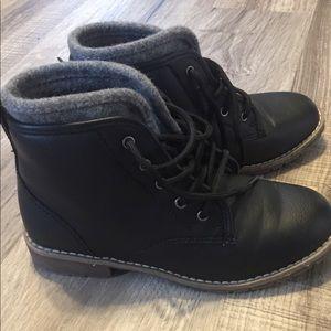 Children's Place boys boots. Size 3.